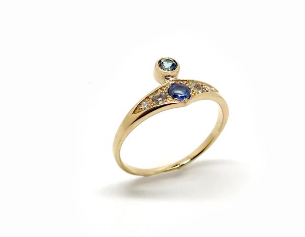 Bague asymétrique en or rose serti de pierres bleues