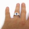 Bague saphir et diamants baguettes portée