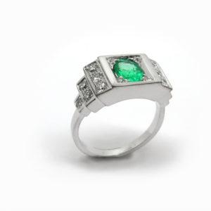 Bague de createur moderne en emeraude et diamants